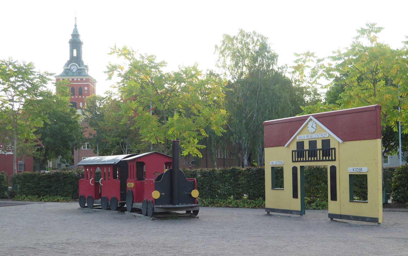 Bild från Stora lekplatsen i Stadsparken. På bilden syns en liten järnvägsstation.