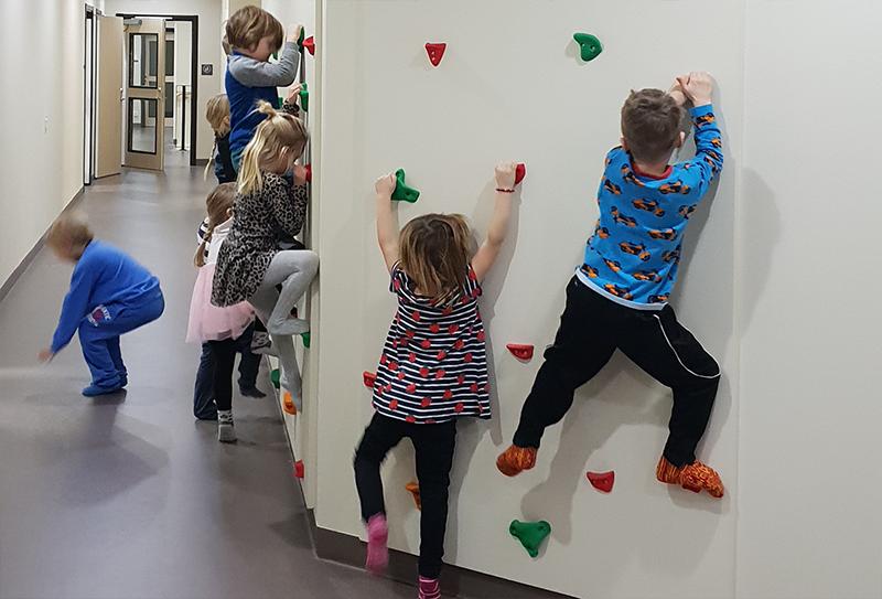 Barnen testar väggklättring i deras nya lokaler.