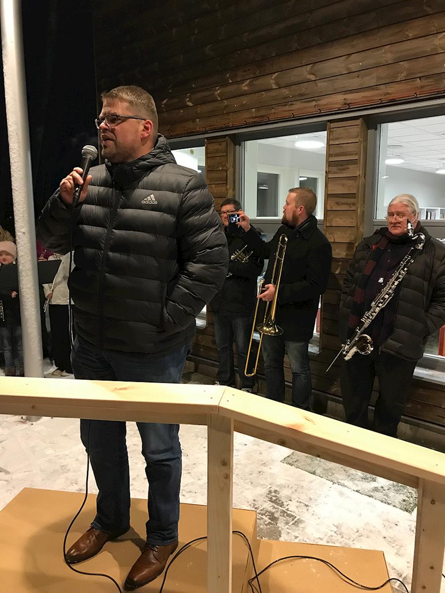 Kommunalrådet Anders Wigelsbo (C) invigde biblioteket och idrottshallen.