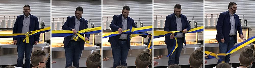 Anders Wigelsbo håller invigningstal och öppnar invigningsband.