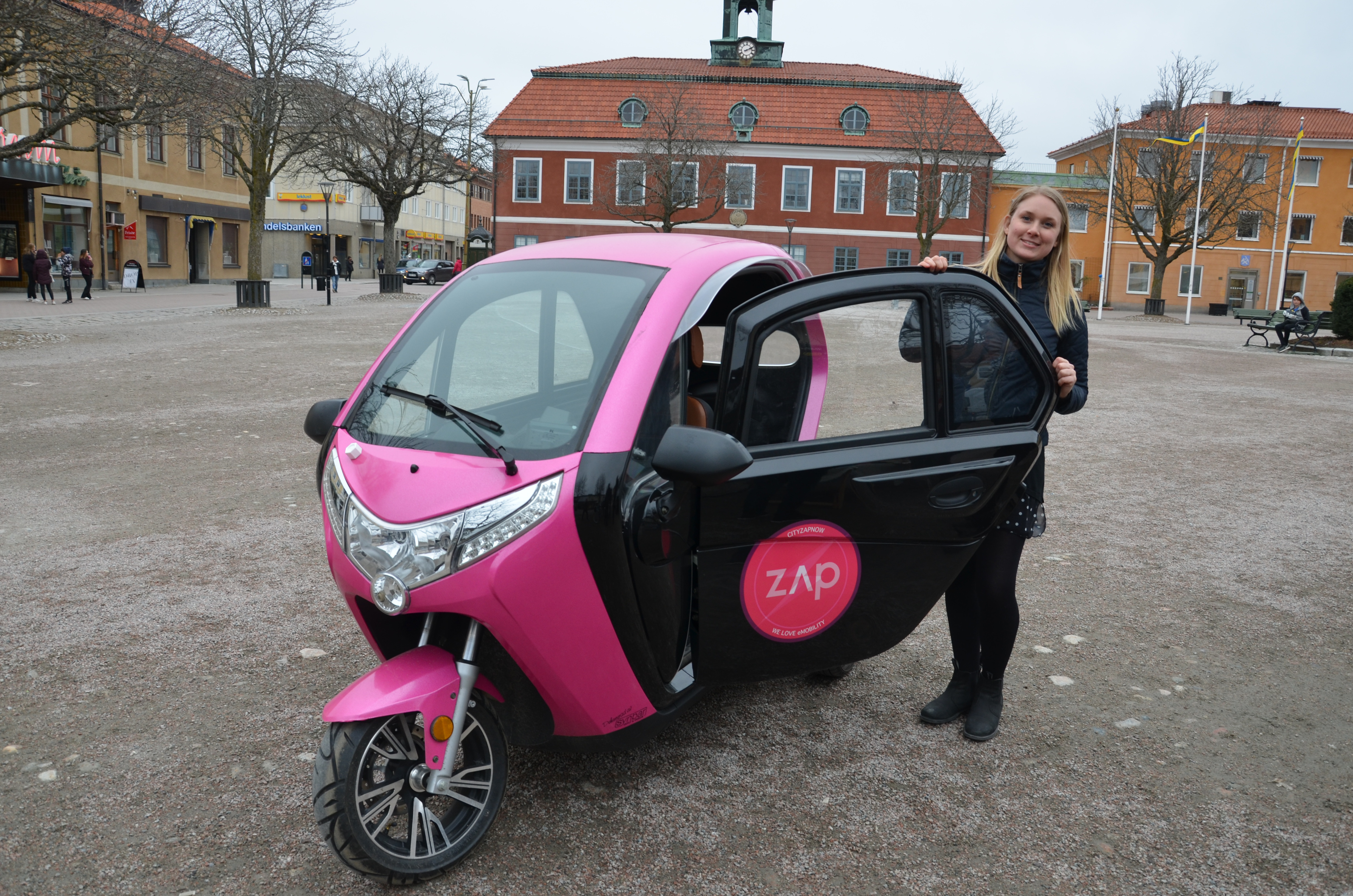 Sala kommuns miljöstrateg Linn Hemlin med elmopeden som kommunen nu provar.