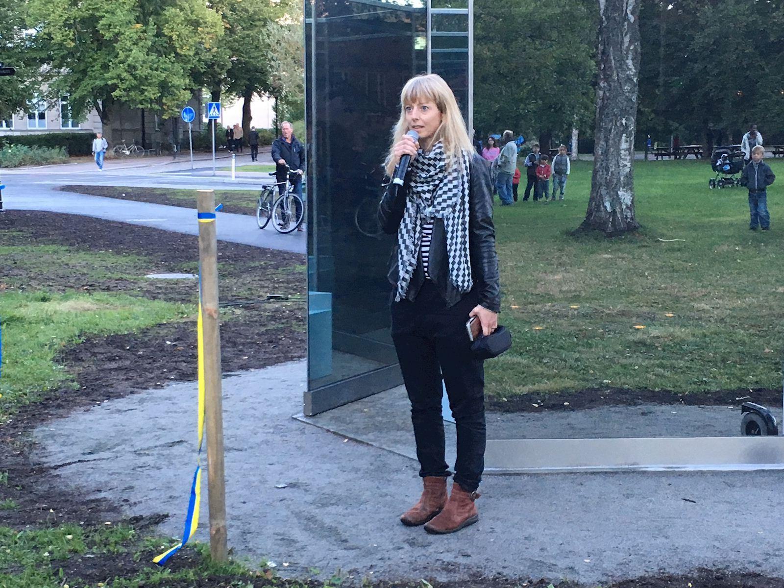 Bild på när Konstnär Catrin Andersson berättade om sitt verk Vara vatten som finns att beskåda i Stadsparken.