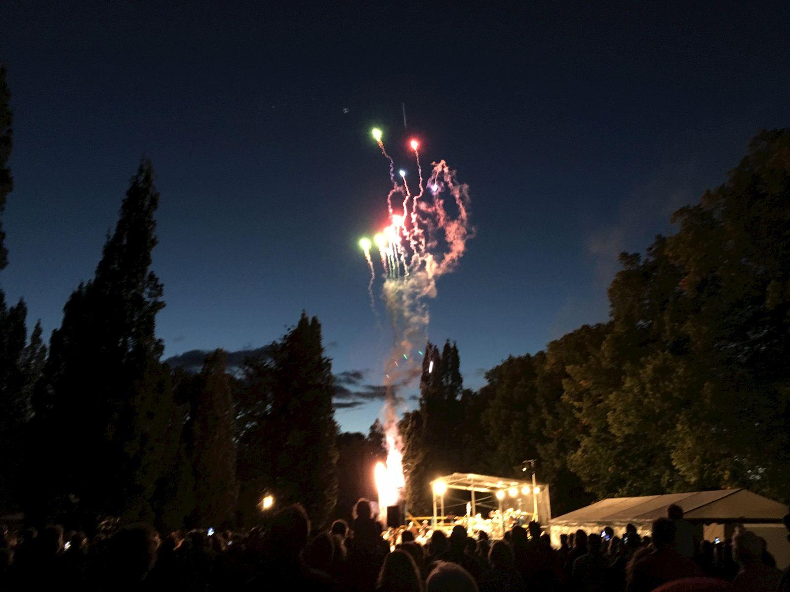 Bild från Händels fyrverkerimusik som framfördes av Sala Blåsorkester, Ludvika musikkår och Ansgarskyrkans musikkår.